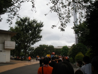 公園に伸びる待機列