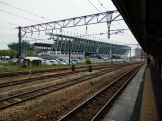 駅のホームからスタジアムが見えます